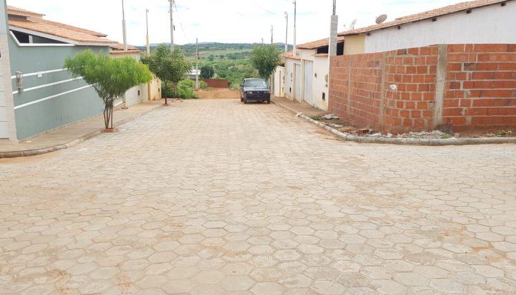 Parceria entre a Prefeitura Municipal de Ibiassucê e população promove obras de calçamento no bairro Alto do Cruzeiro.