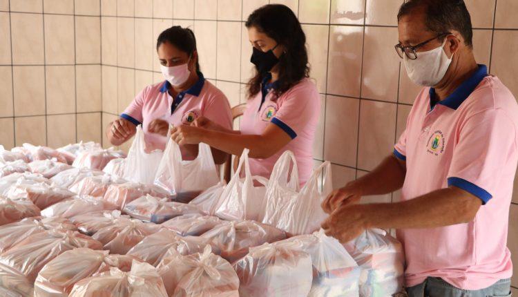 Kits de merenda escolar são distribuídos aos estudantes durante pandemia